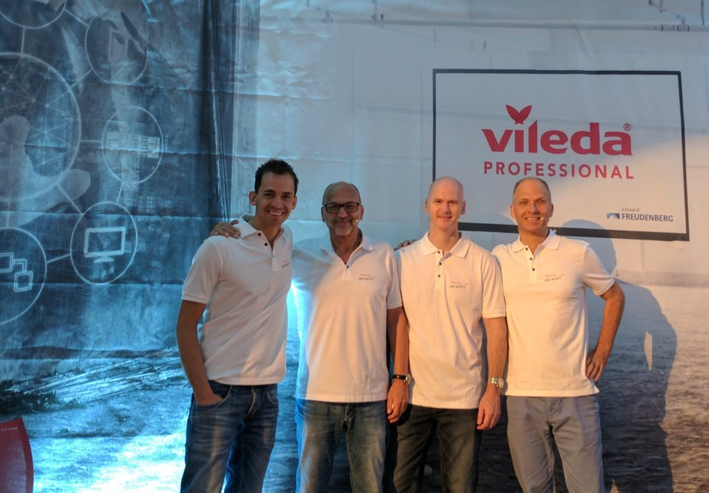 Een deel van het team van Vileda iQonnect met Dirk Tuip van FacilityApps